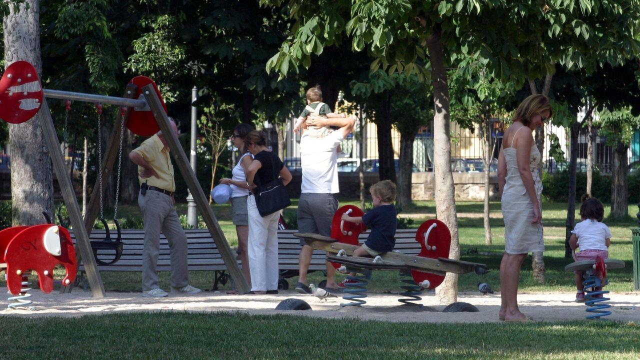 Familias en un parque en una foto de archivo