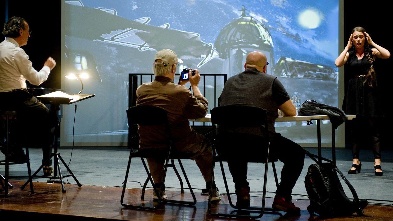 Detalle de uno de los ensayos de la ópera «Don Giovanni» con la participación del director de escena, el cineasta Carlos Saura, en una foto tomada ayer