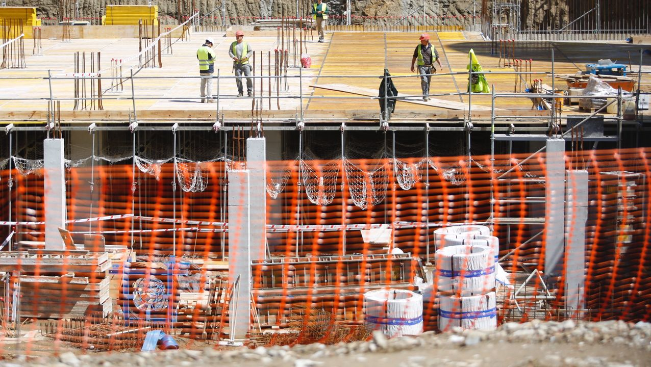 Accidente laboral en las obras de la futura cidade da Xustiza en Vigo. Obreros se cayeron al vacío desde el edificio del antiguo hospital xeral. Obra