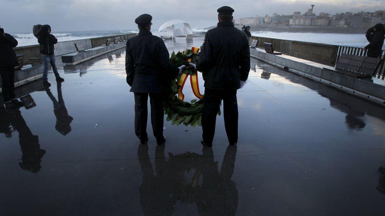 Homenaje a los policías muertos al año siguiente de la tragedia en la bahía coruñesa