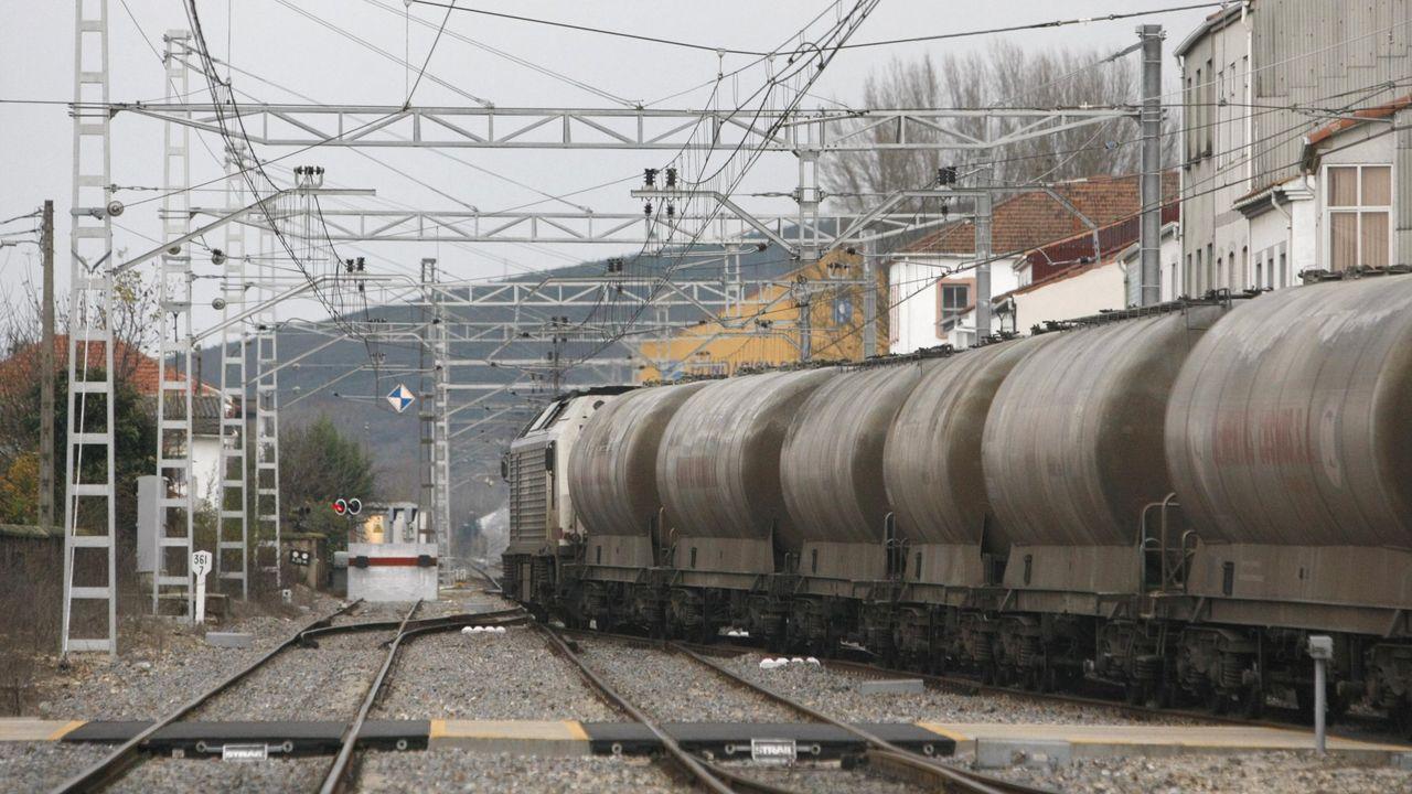 Reparto de mascarillas en Pontevedra.Un tren de mercancías sale de la estación de Monforte en dirección a Lugo