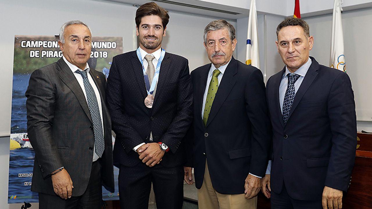 Javier Hernanz recibiendo la medalla de bronce