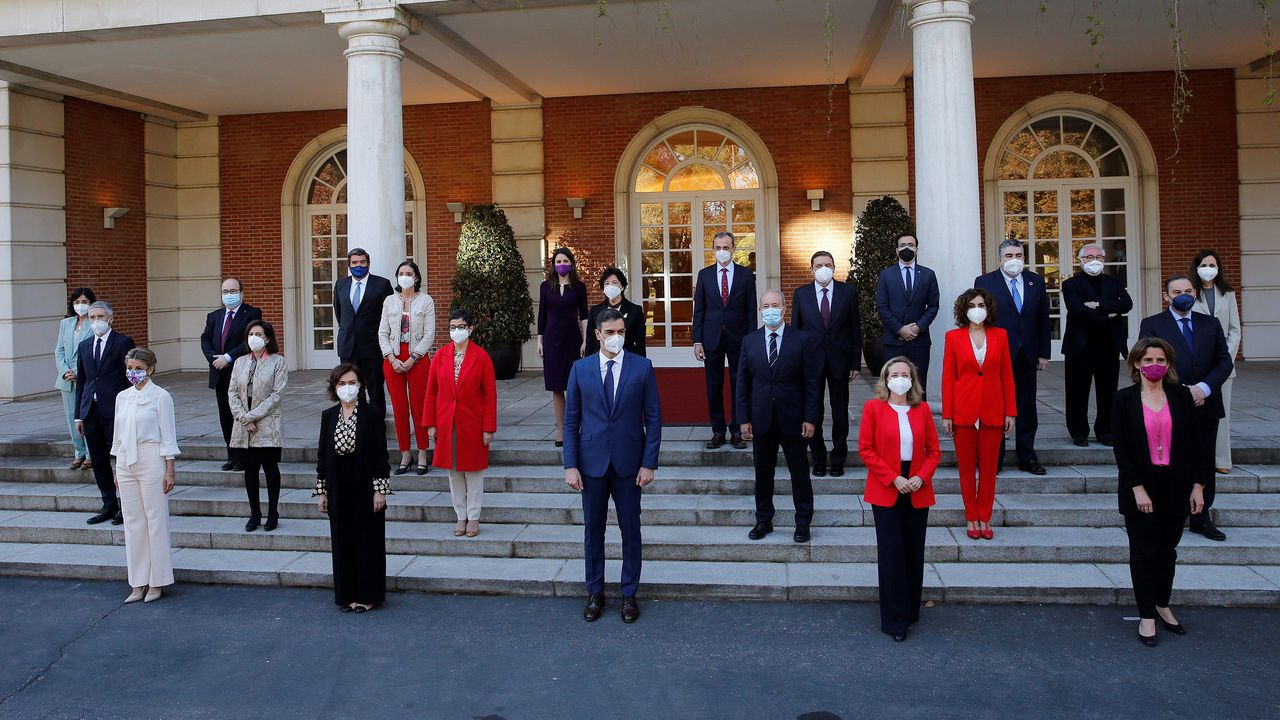 El presidente del Gobierno, Pedro Sánchez posó con sus ministros para la foto de familia antes del Consejo de Ministros en el Palacio de la Moncloa en Madrid este martes