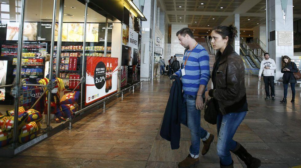 Familiares de las víctimas se reúnen en el aeropuerto de El Prat