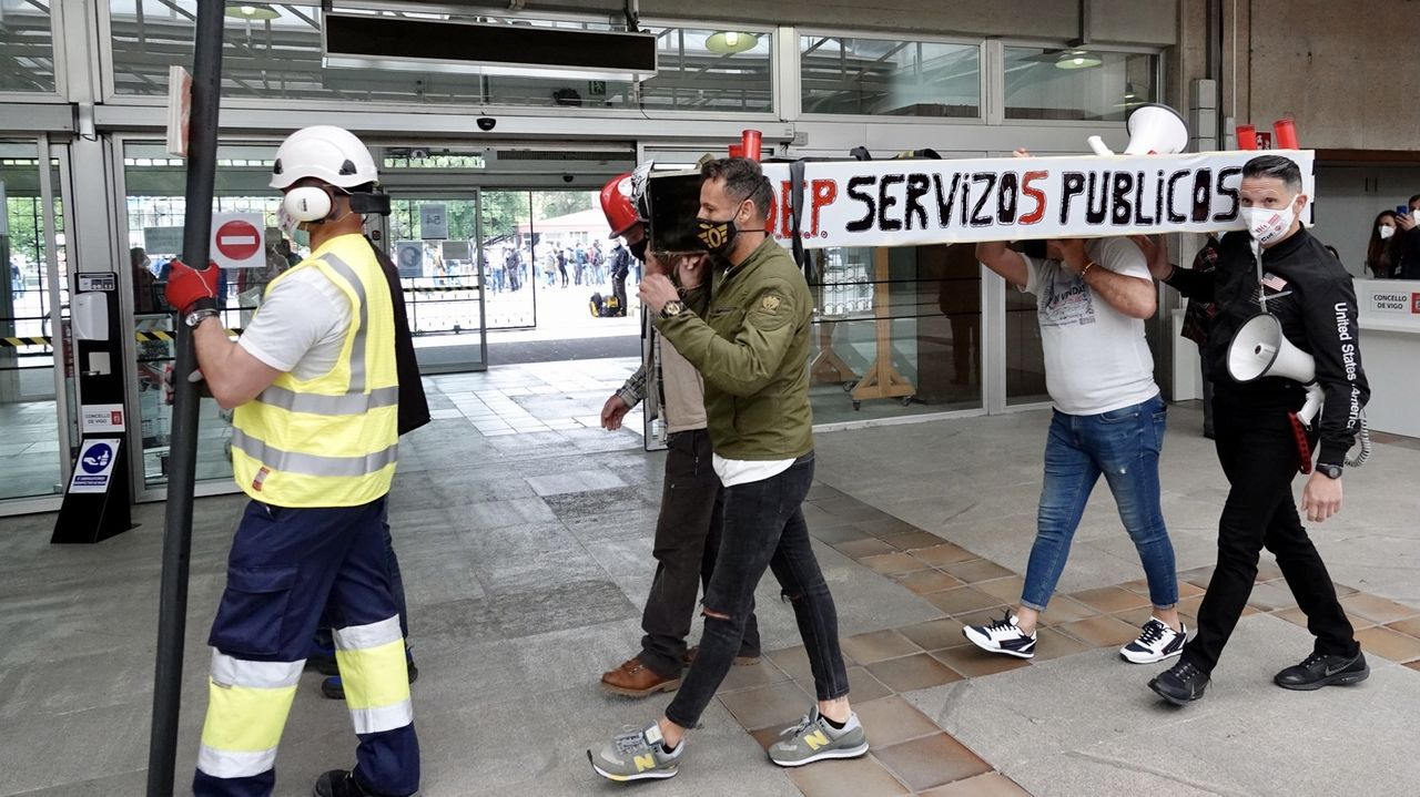 ¡Mira aquí las fotos de la concentración del Primero de Mayo en Ribeira!.El líder del PP, Pablo Casado, alza el brazo de la candidata popular, Isabel Díaz Ayuso, tras confirmarse su victoria arrolladora en las elecciones de Madrid