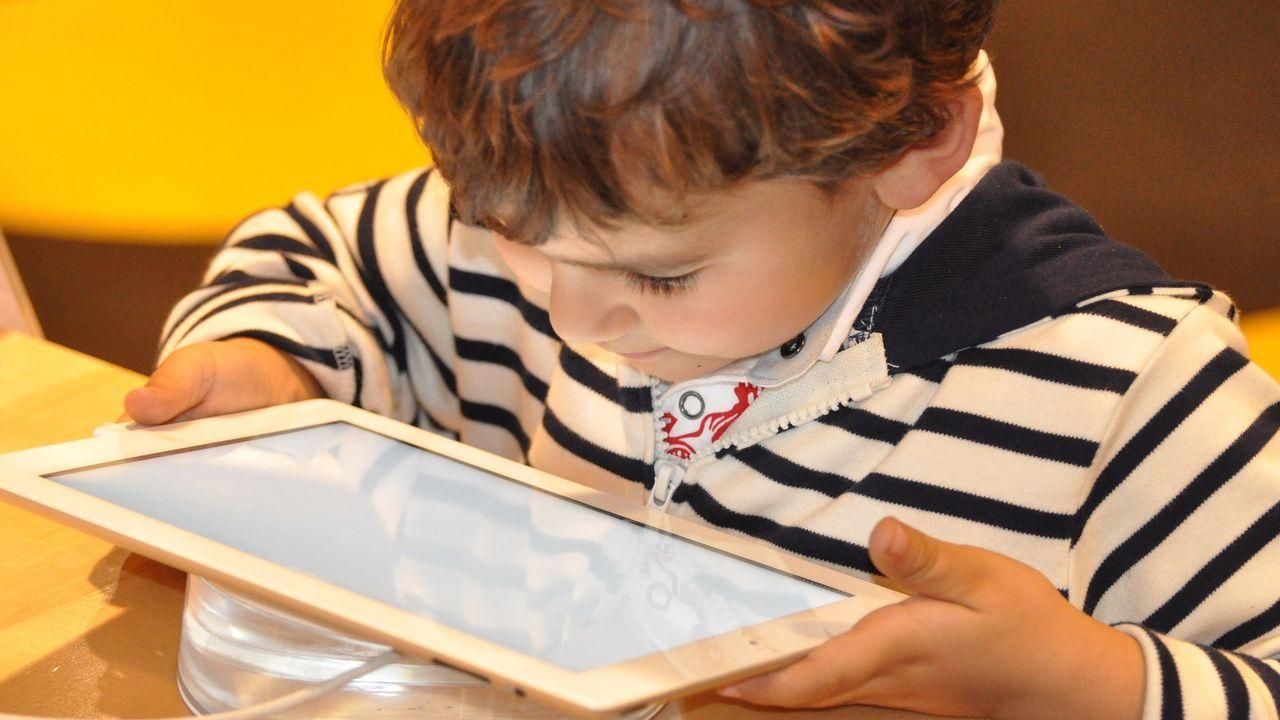 Los expertos advierten de los riesgos que supone dejar una huella digital de los menores