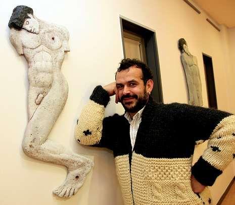 Fuentes, xunto a unha das obras da exposición.