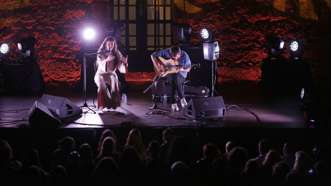Rosalía actuando con Raül Refree en el Castillo de San Anton en la edición del Noroeste 2017