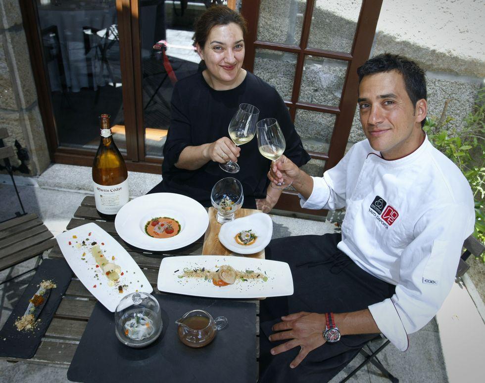 Esther y Yayo Daporta posan con el menú que servirán en su restaurante.