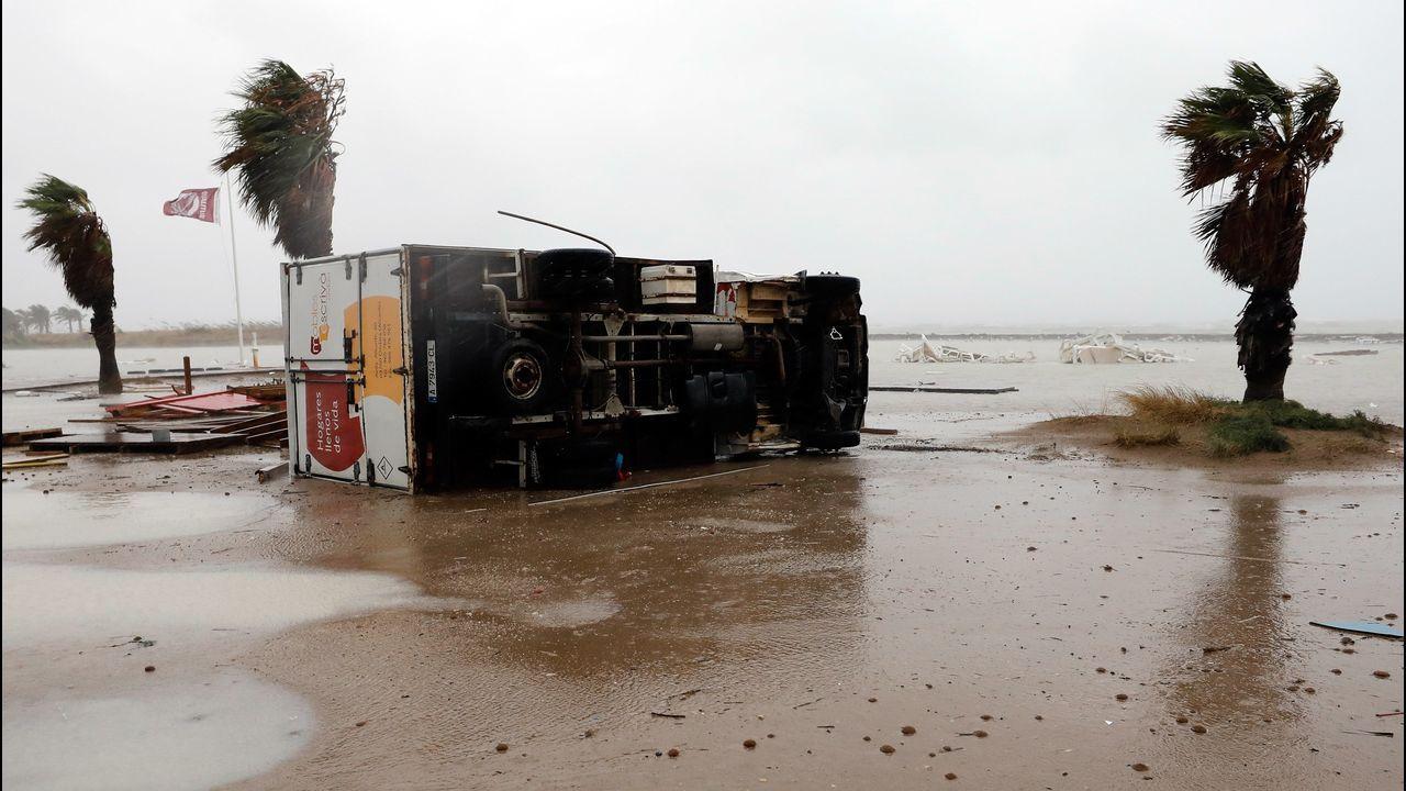 Camión arrastrado por el paso de un tornado en Denia, Alicante