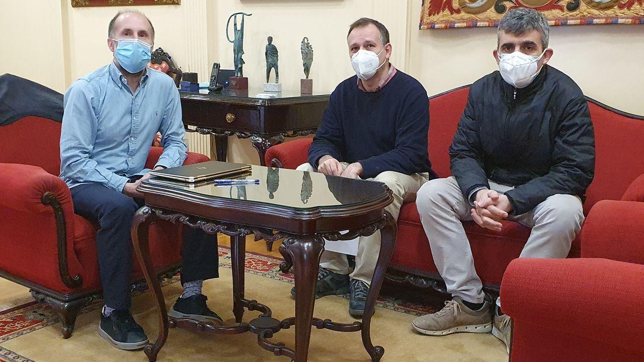 Los miembros de la plataforma, Jacobo Troncoso y Claudio Cerdeiriña, se reunieron este jueves con el alcalde
