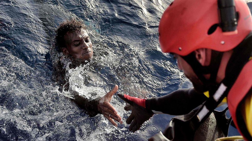 Nueva oleada de inmigrantes en el Canal de Sicilia.Una de las fotografías de la muestra de MSF «SIn ellas no hay futuro»