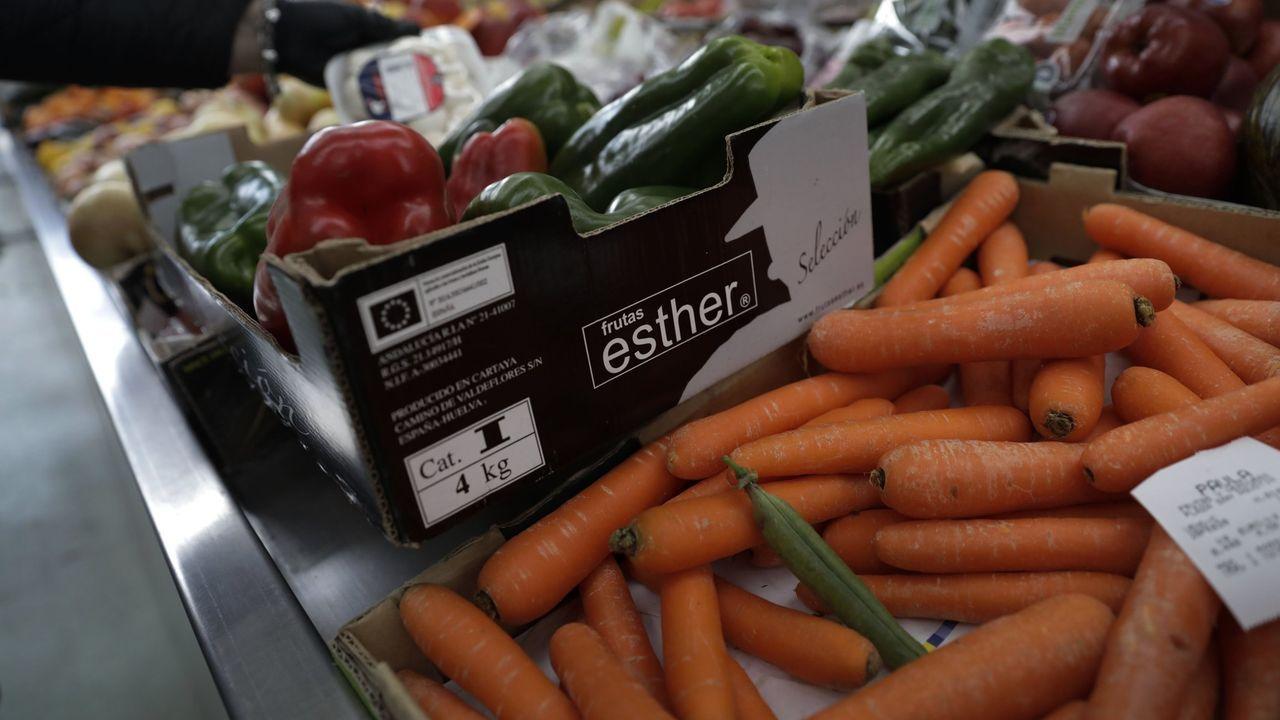 El pregón de Amaral y las demás fotos de la Feira do Viño de Amandi 2021.Frutas y verduras de proximidad estaban presentes este martes en la plaza de abastos de Lugo