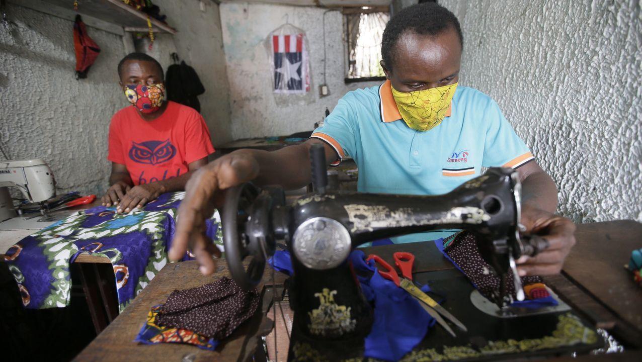 En Monrovia, Liberia, un hombre cose máscaras faciales de diferentes colores