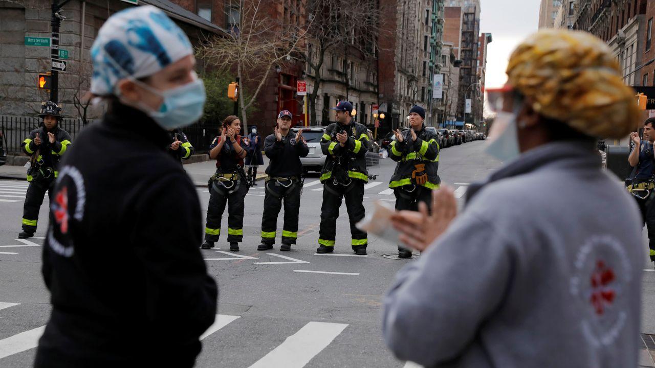 Aplauso a sanitarios en una calle de Nueva York
