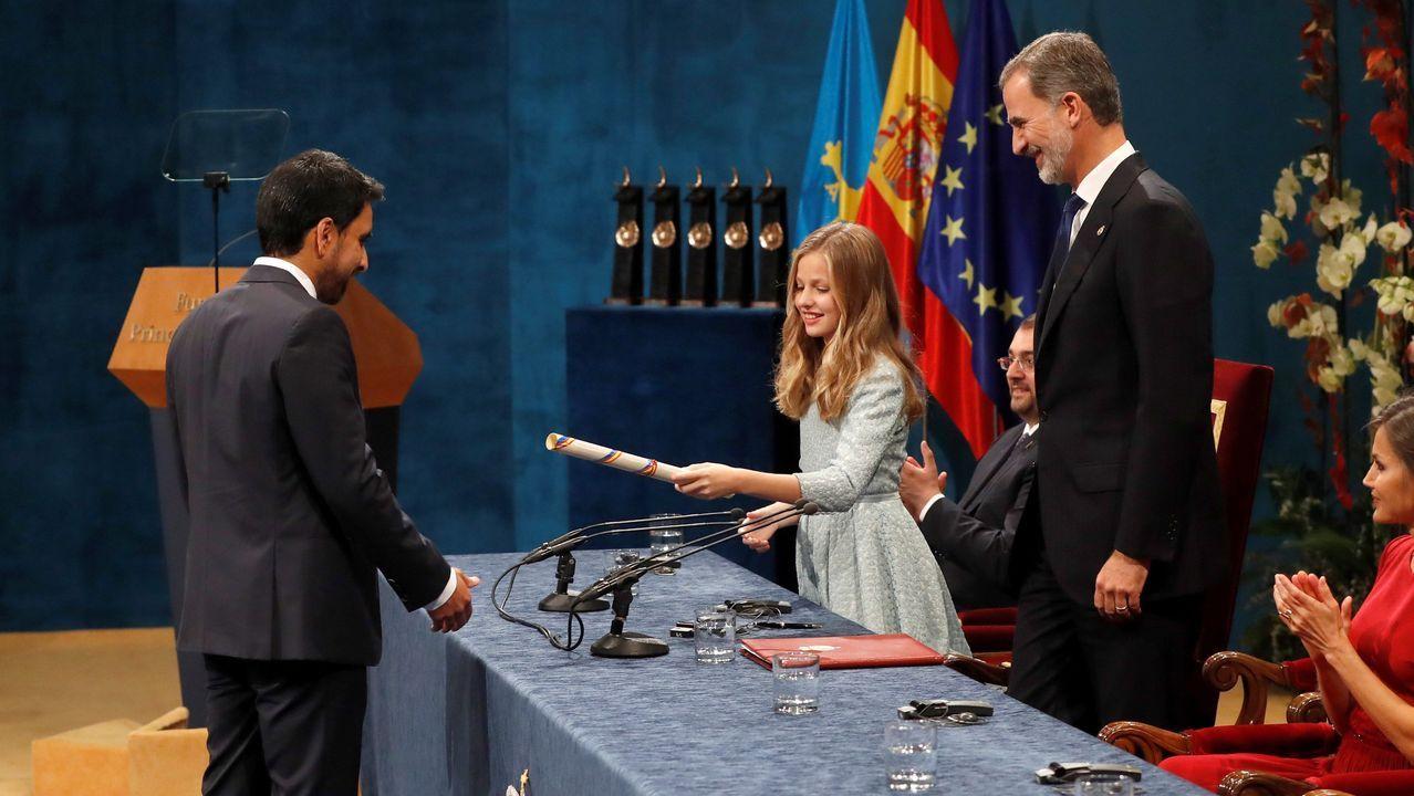 La princesa Leonor entrega el Premio Princesa de Asturias de Cooperación Internacional 2019 al matemático Salman Khan, fundador de la Khan Academy, ante el rey Felipe, durante la ceremonia de entrega de los galardones, este viernes en el Teatro Campoamor de Oviedo