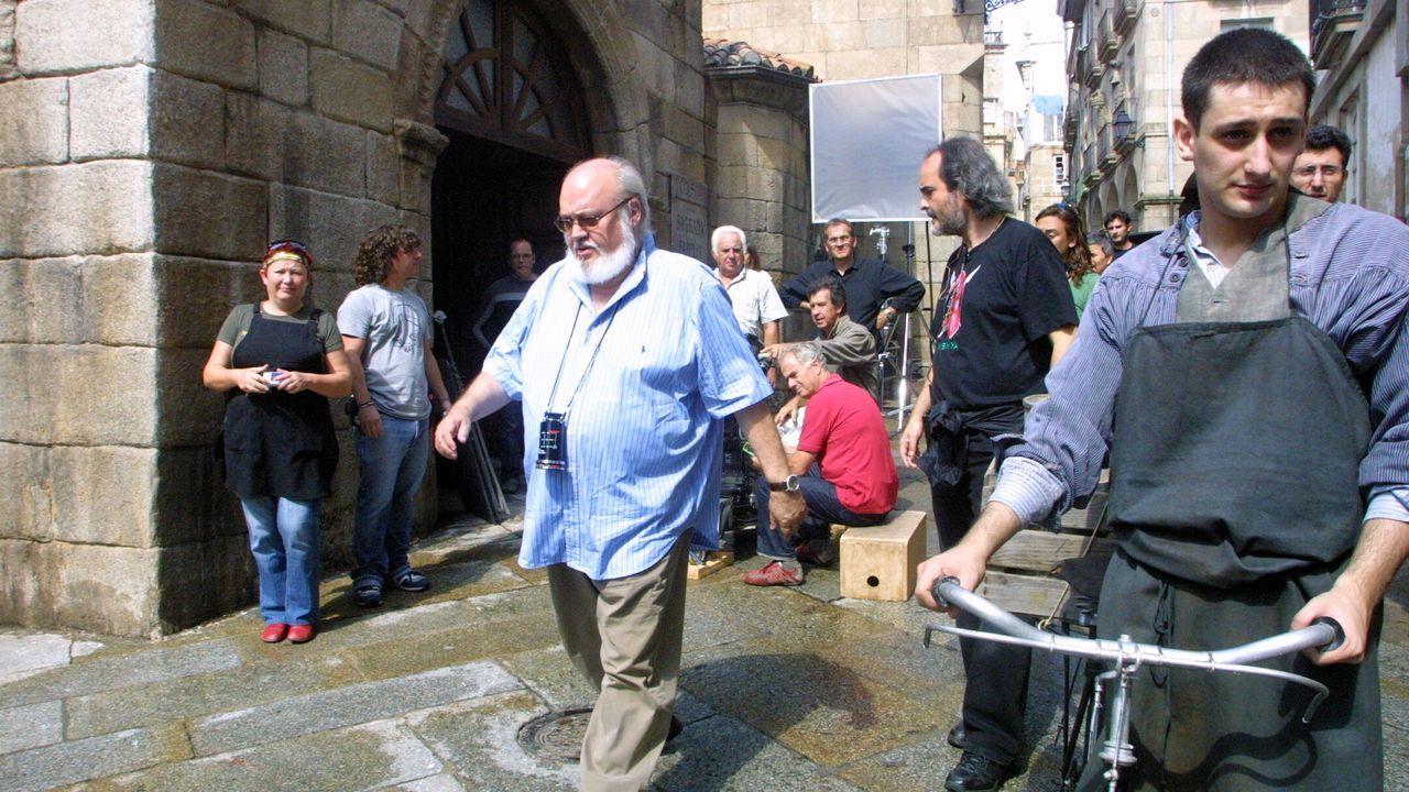 El director, José Luis Cuerda, camina por las calles de Ourense durante el rodaje.