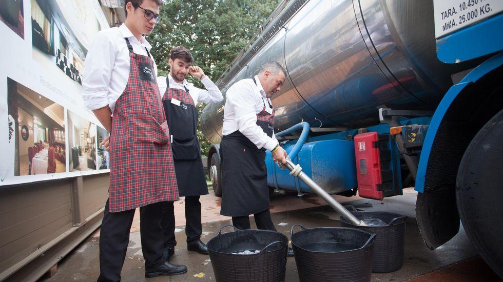Los empleados de las casetas tuvieron que surtirse de agua de la cisterna enviada por el concello
