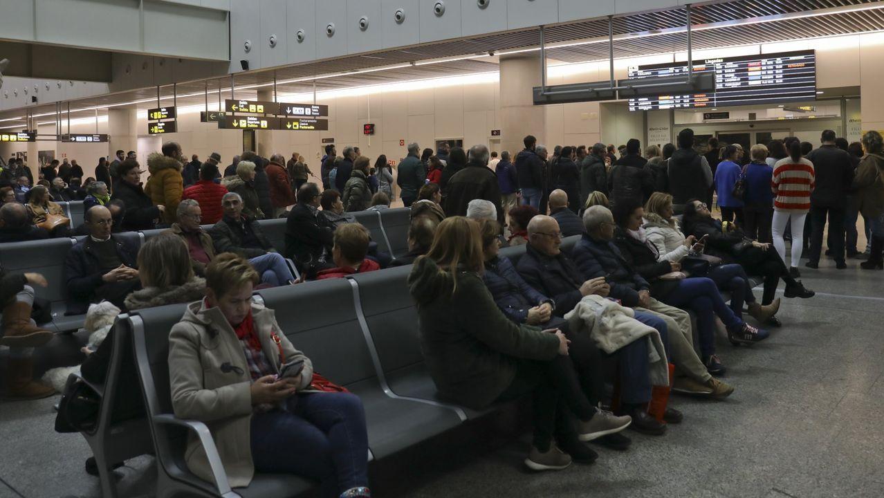 Así quedó la rueda que provocó el aterrizaje de emergencia del avión de Air Canada.Ábalos, que permanece alejado de los focos, no ha vuelto a aparecer en un acto público desde el comité nacional del PSdeG del sábado