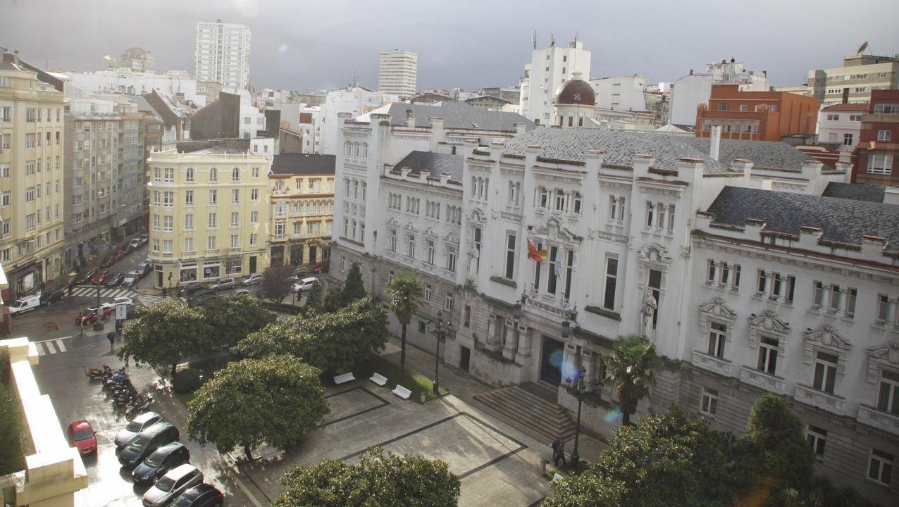 Arden tres coches en Redondela.A la derecha, en una foto de archivo, la sede del Tribunal Superior de Xustiza de Galicia, donde se dictó la sentencia ahora recurrida