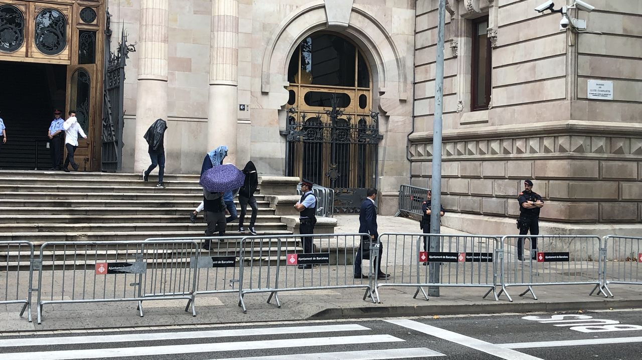 La Manada, otra vez en el banquillo.Los acusados de la manada de Manresa salen de la Audiencia de Barcelona entre abucheos, en una imagen de archivo