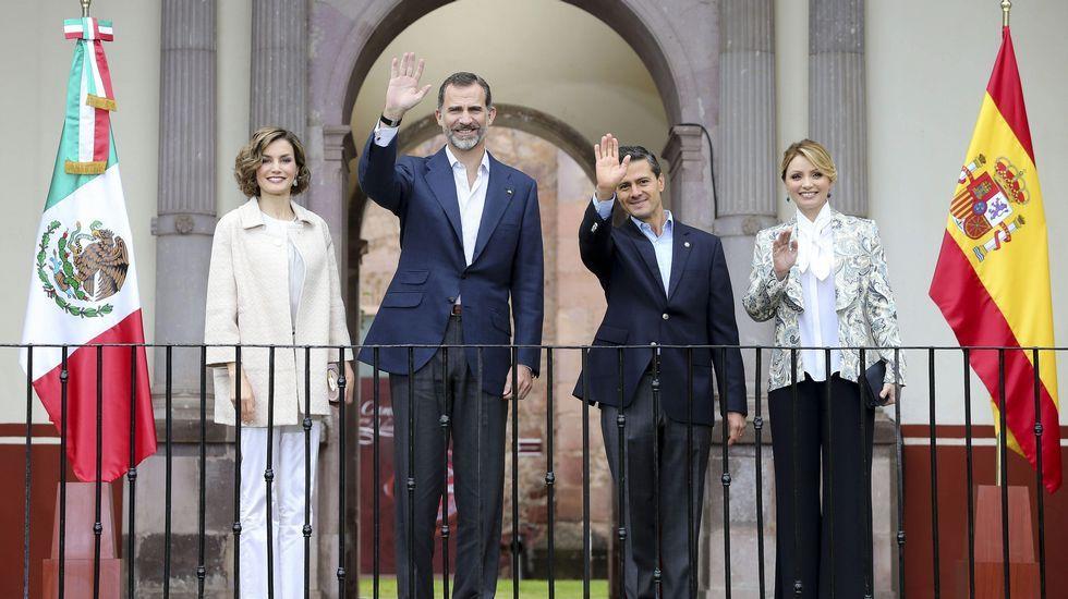 Para su último look, la Reina Letizia escogió una blusa blanca a juego con un pantalón acampanado y un abrigo de manga tres cuartos en tono crudo bordado en 'zigzag'.