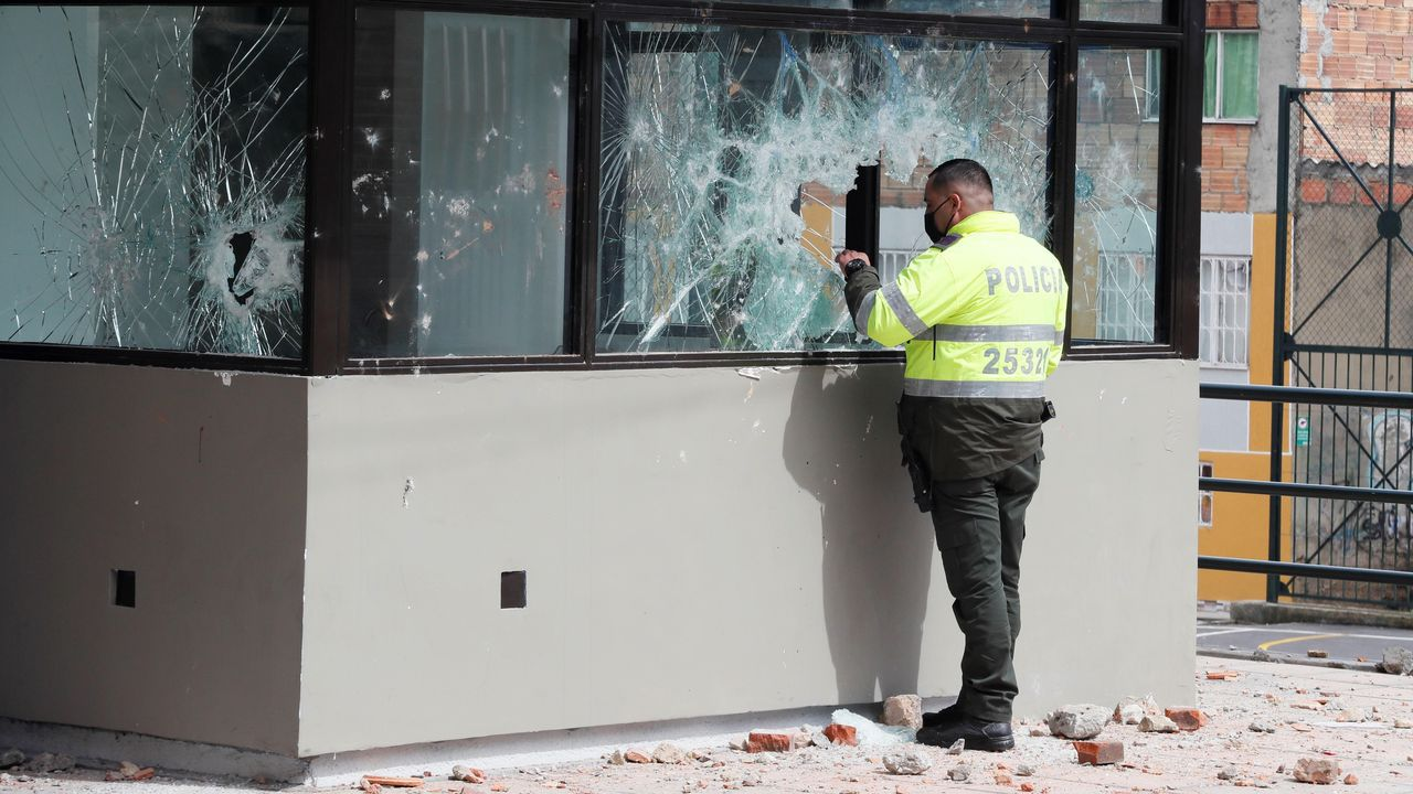 Un agente observa el interior de un puesto policial en Bogotá atacado durante la noche del martes