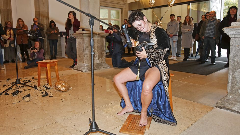 25N en Pontevedra. Performance  Pan duro  en la Diputación