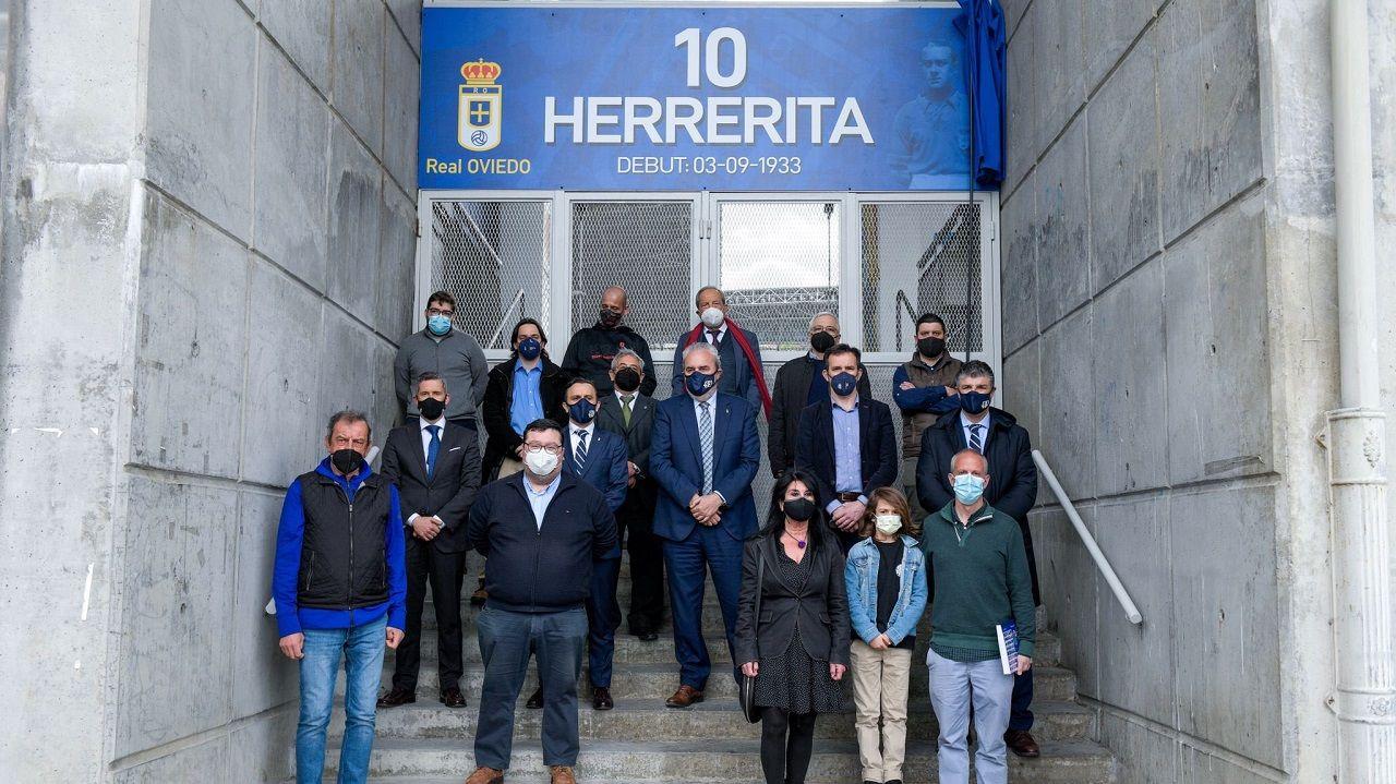 Foto de familia en la puerta Herrerita