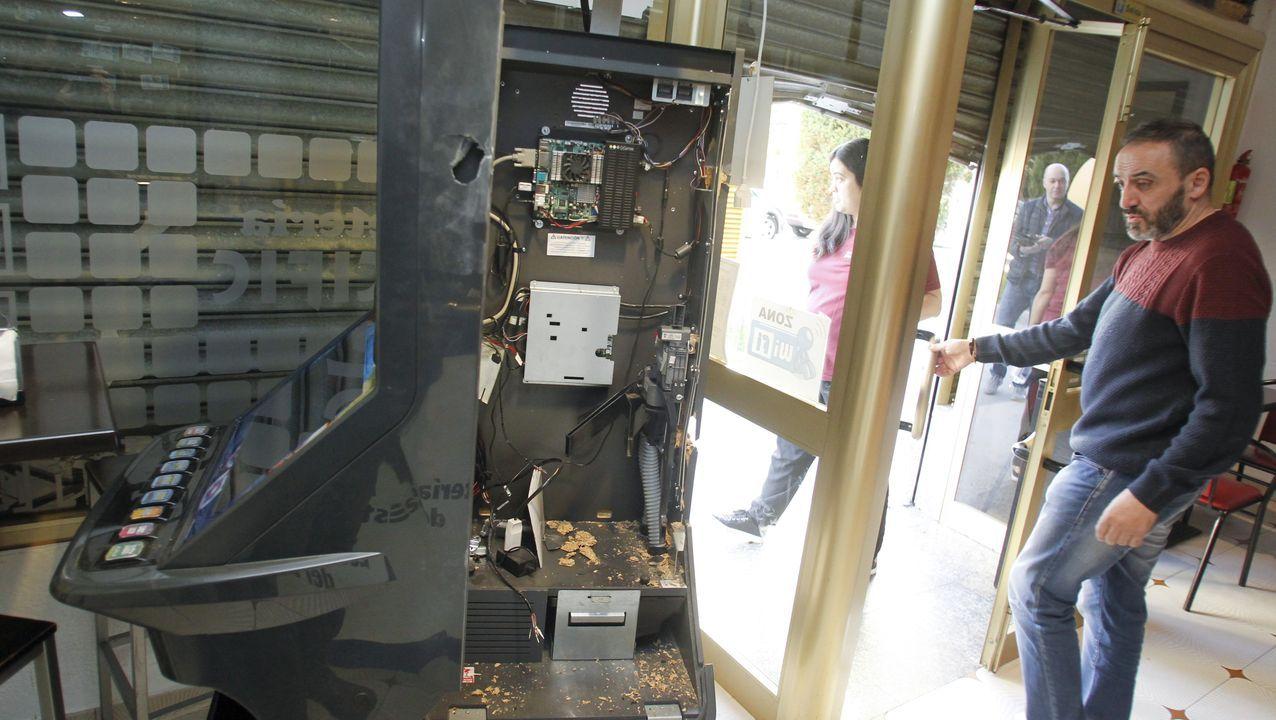 El dueño del establecimiento, con la máquina tragaperras reventada por los ladrones