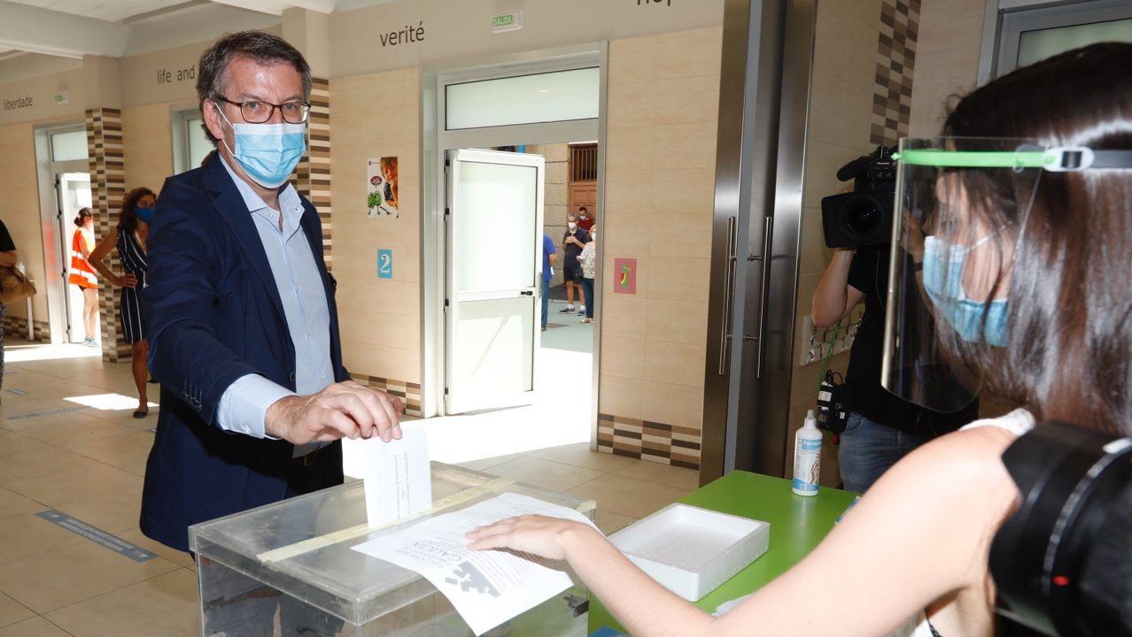En directo: comparencencia de Gonzalo Caballero.En la imagen, Feijoo ejerce su derecho a voto en el colegio Niño Jesús de Praga, en Vigo