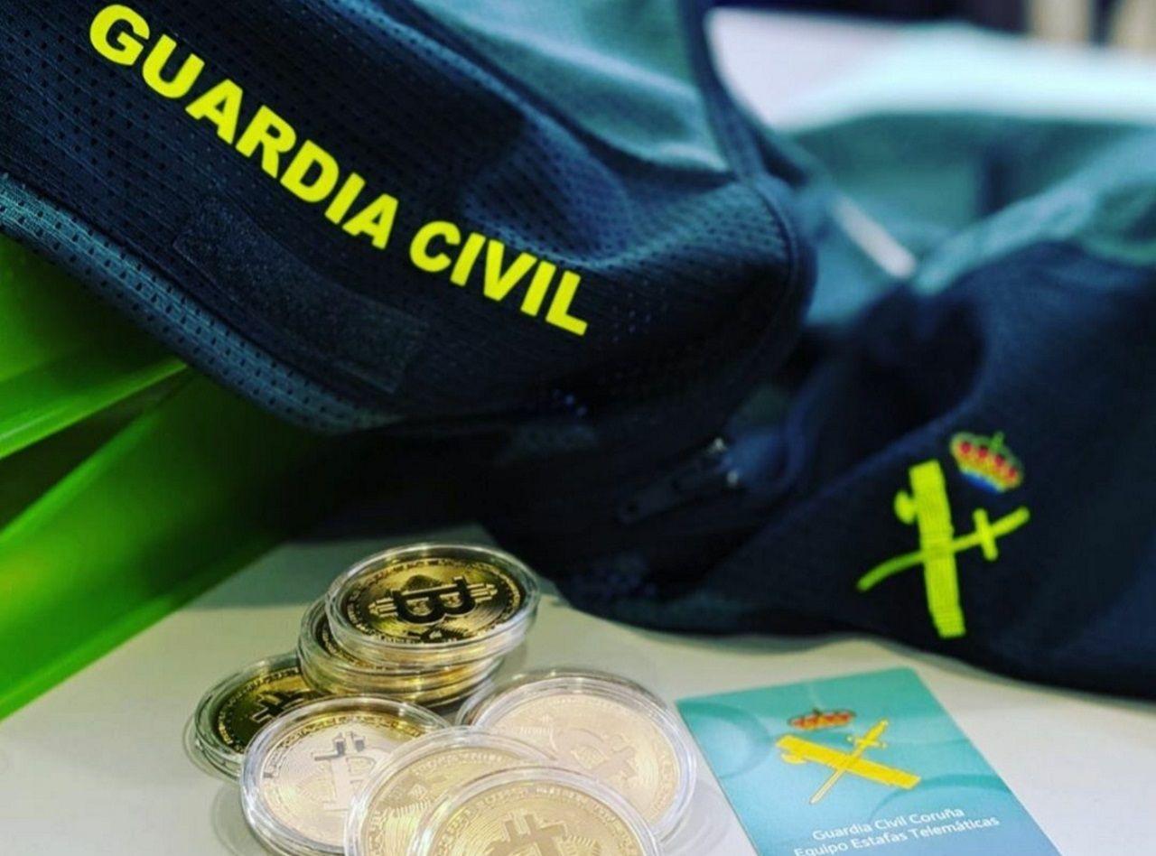 La Comunidad de Madrid se queda a medias en la fase 0,5.El presidente de la Junta, Juanma Moreno saluda a un miembro de la policia nacional en un acto de homenaje a las víctimas