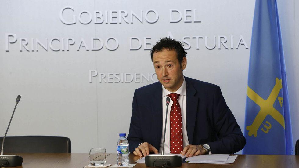 El presidente del Principado, Javier Fernández, y el rector de la Universidad de Oviedo, Santiago García Granda, firman el contrato-programa.Javier Fernández