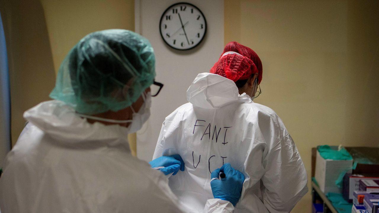 Dos trabajadoras sanitarias escriben su nombre en el equipo de protección para poder reconocerse en el interior de la unidad de reanimación del Complejo Universitario de Ourense, este miércoles. Agotados pero al pie del cañón un día tras otro. Así están en críticos. No en vano, es la mejor definición del estado de ánimo de los profesionales sanitarios que lidian con los contagios de la covid-19, tanto desde Cuidados Intensivos (UCI) como en REA.