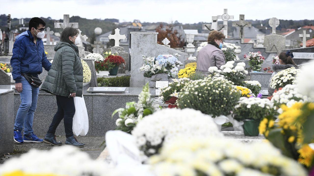 Así fue el Día de Todos los Santos en el cementerio de San Francisco.En el cementerio de Altamira de Viveiro, en imagen, se contaban este domingo a mediodía con los dedos de la mano las personas que había en cada fila