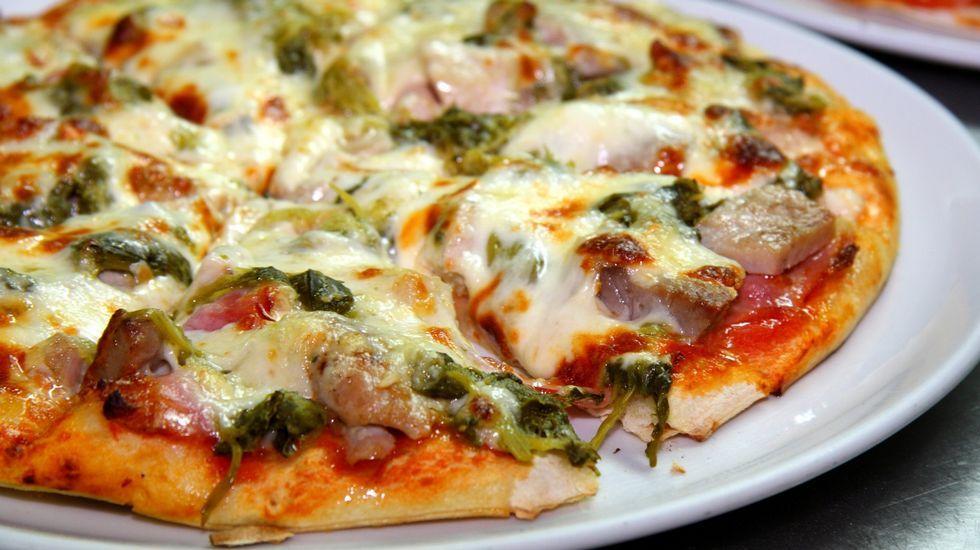 Más de 140 imágenes para pedirle matrimonio sin que ella se diera cuenta.Imagen de archivo de una pizza de lacón con grelos y chorizo del establecimiento Pizzburg, en Viveiro.