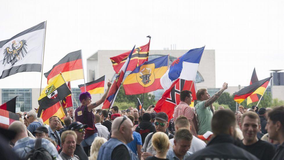 La ultraderecha alemana clama contra Merkel y los refugiados.Un grupo de manifestantes se manifiestan, en abril del 2015, contra el nazismo