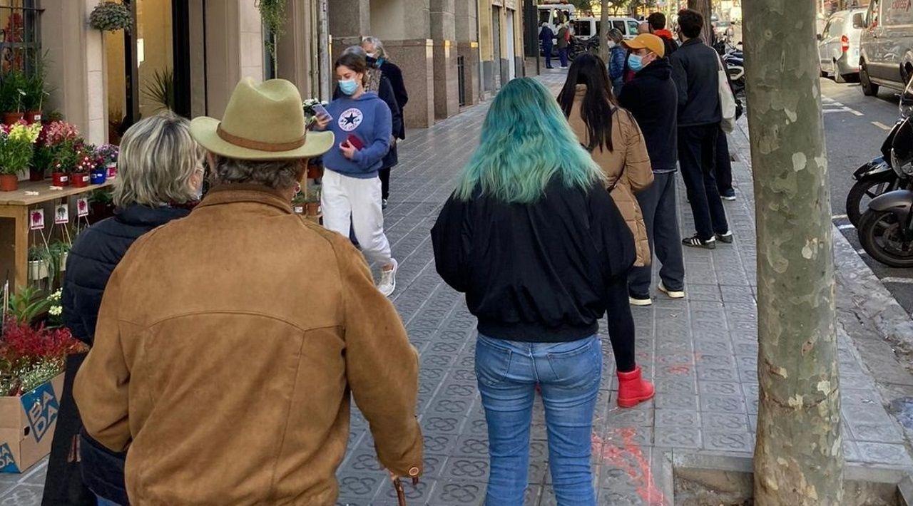 Colas antes una oficina de Correos de Barcelona para tramitar el voto