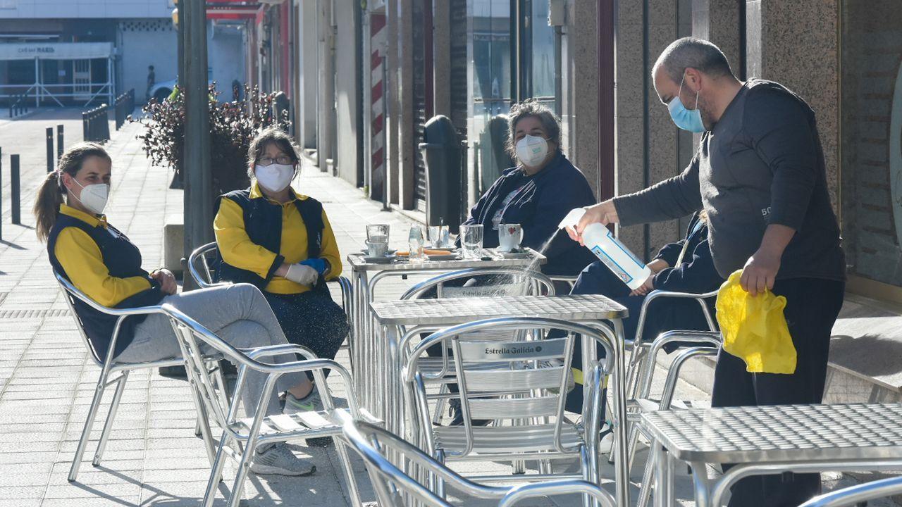 Personas con masacarilla por las calles de Silleda