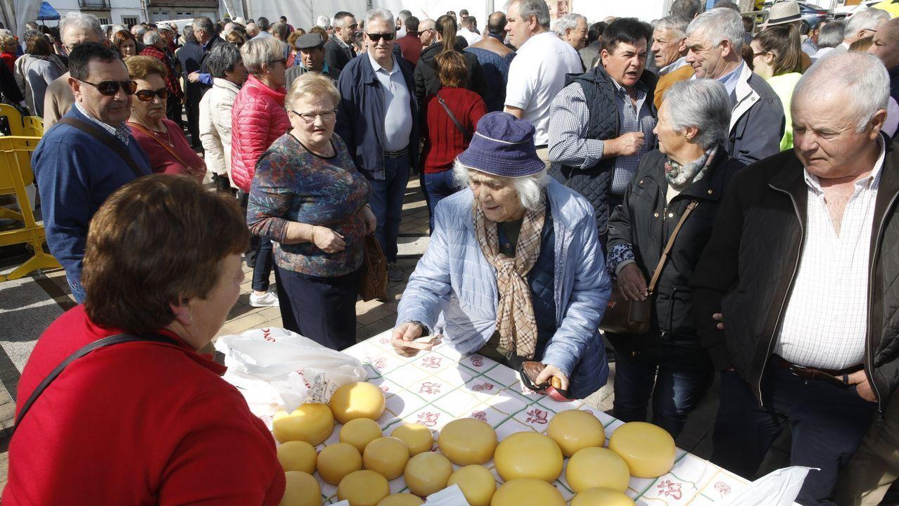Miembros de Galicia Baleira durante una visita al Concello de Ourense
