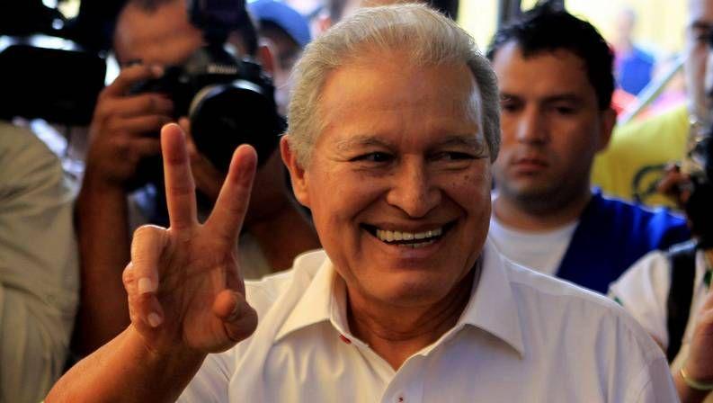 Habla el náufrago de El Salvador.Una seguidora de la derechista Arena reza frente al Tribunal Supremo Electoral.