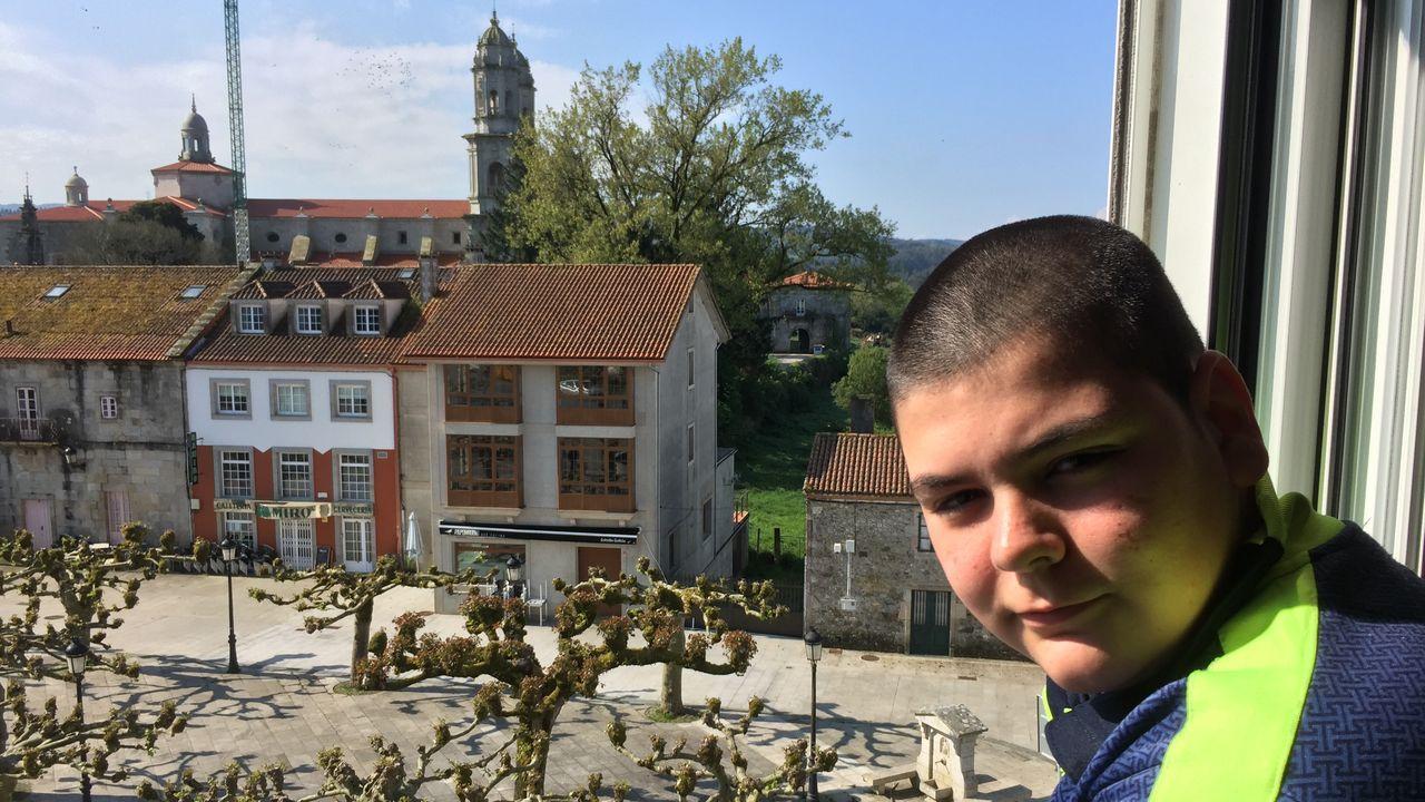 Damián Varela vive en el centro de Sobrado, con vistas al monasterio