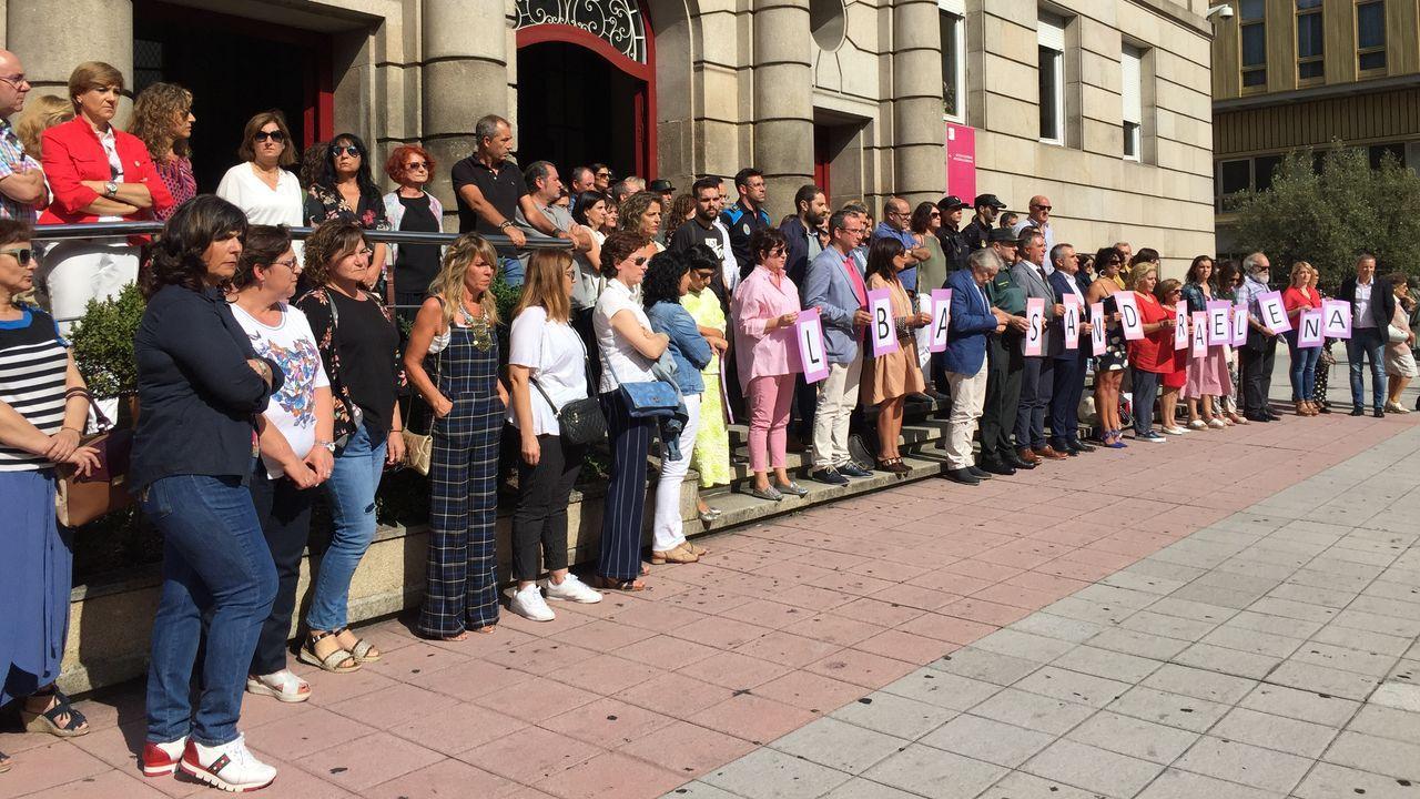 Muestras de repulsa al crimen de Valga.Un diseño de Jorge Álvarez cerrará el desfile del CCA de O Barco