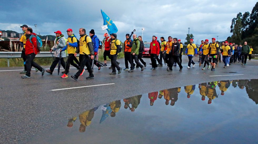 Decenas de trabajadores de Alcoa Avilés y subcontratas participan en la marcha entre Avilés y Oviedo, vestidos con camisetas amarillas