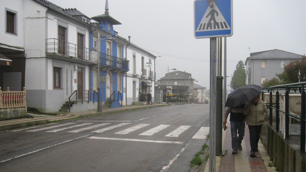 Imágenes que dejó el Xoves de Compadres en la comarca de Lemos.Estudiantes de la escuela universitaria de turismo de A Coruña en la Porta da Alcazaba, una de las entradas del antiguo burgo amurallado de Monforte, en una imagen de archivo