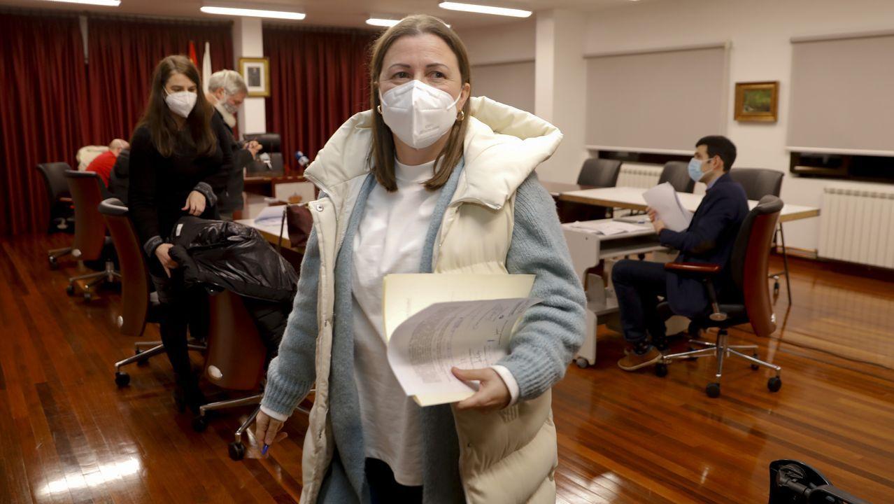 Personal administrativo del Sergas, en la foto, citó ayer por teléfono a mayores de 80 años para empezar a vacunarse hoy