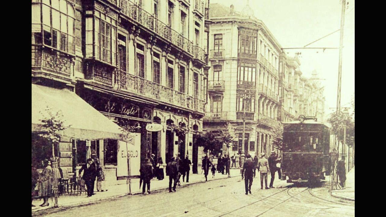El tranvía en la esquina entre las calles Uría y Toreno. A la izquierda, la tienda El Siglo