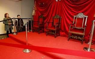 El escenario colocado en la entrada del consistorio carballés aguarda ya a los Reyes Magos.