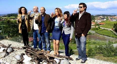 Los responsables de la bodega presentaron ayer una nueva edición de «Os Xoves de Códax» desde la impresionante terraza.