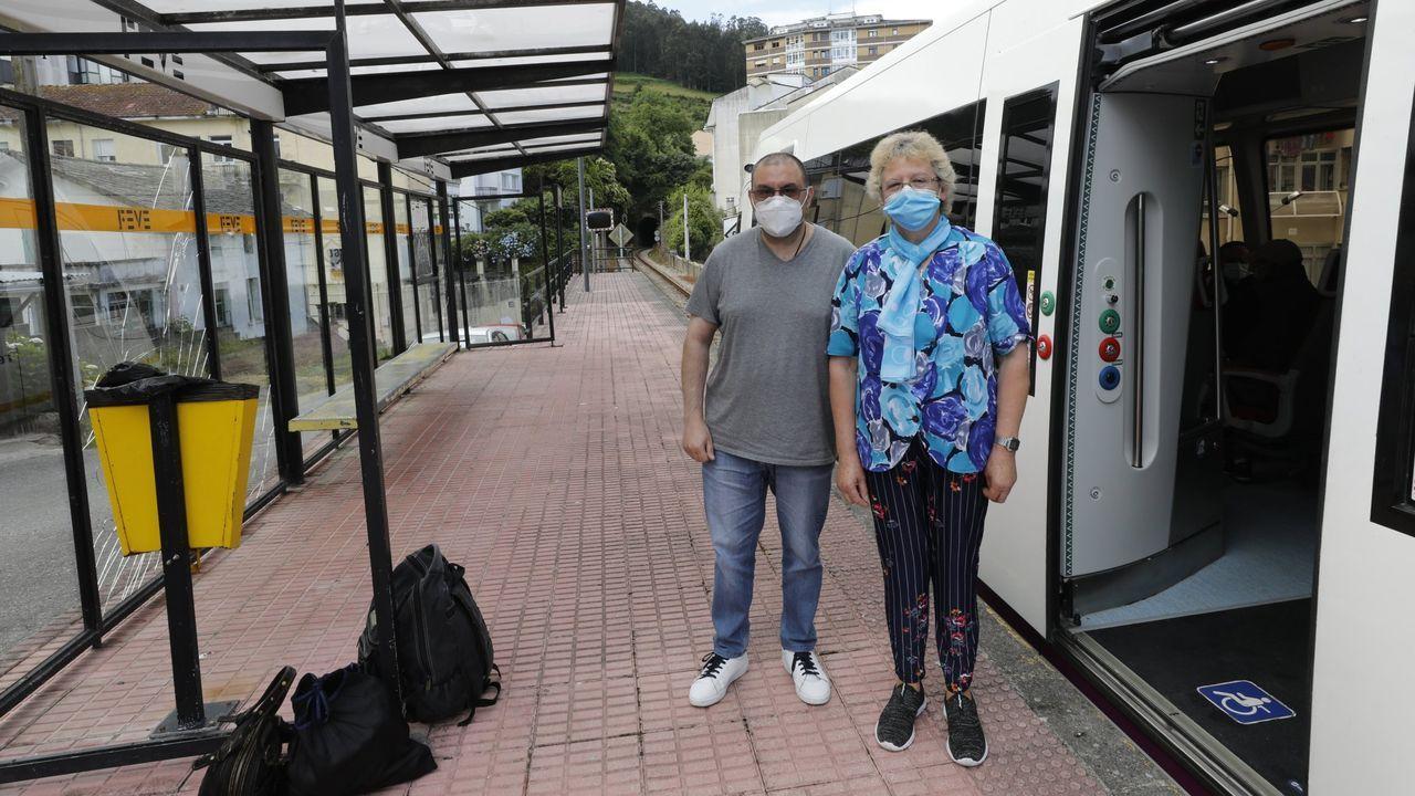 Jorge Luis Vázquez e Hilda Riveira, usuarios de Feve, en uno de los apeaderos de Viveiro